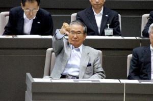 傍聴席に向かってブーイングする石原都知事(朝日新聞より)